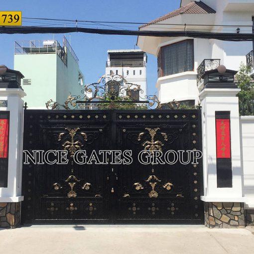 Mẫu cửa cổng sắt đẹp sang trọng, tinh tế.  Mã SC1739, do Nice Gates Group thiết kế và thi công.