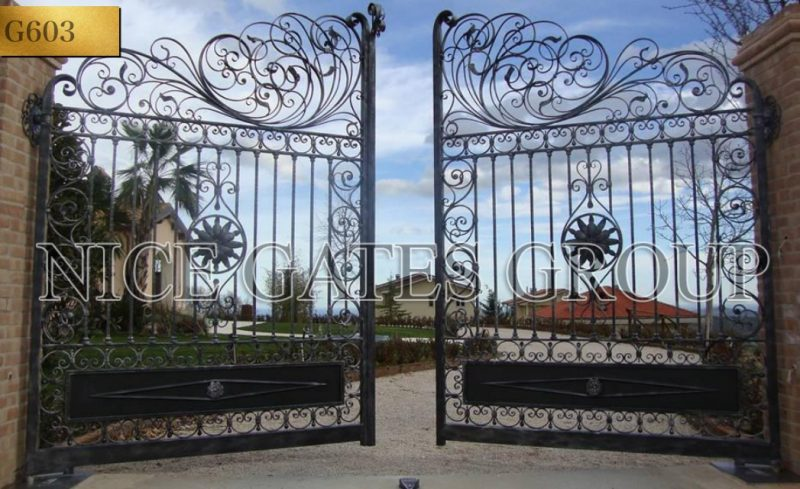 Vẻ đẹp của biệt thự luôn được thể hiện qua ánh nhìn đầu tiên của cửa cổng.